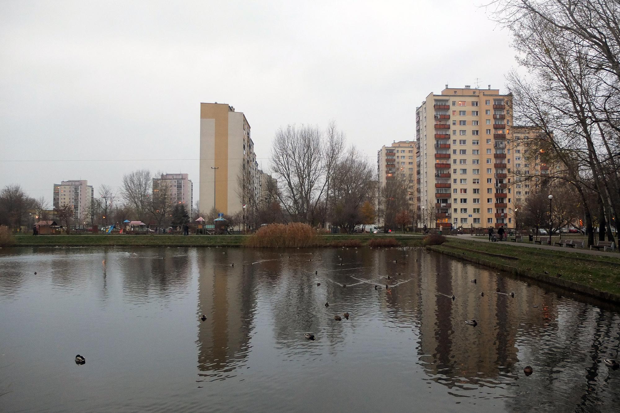 Pokolenia warszawiaków wychowały się natakich osiedlach. Nazdjęciu jeziorka naWawrzyszewie.