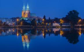 """Catedral de Gniezno, Gniezno, Polonia, 2014-09-20, DD 40-42 HDR"" autorstwa Diego Delso. Licencja CC BY-SA 4.0 na podstawie Wikimedia Commons - https://commons.wikimedia.org/wiki/File:Catedral_de_Gniezno,_Gniezno,_Polonia,_2014-09-20,_DD_40-42_HDR.jpg#/media/File:Catedral_de_Gniezno,_Gniezno,_Polonia,_2014-09-20,_DD_40-42_HDR.jpg"