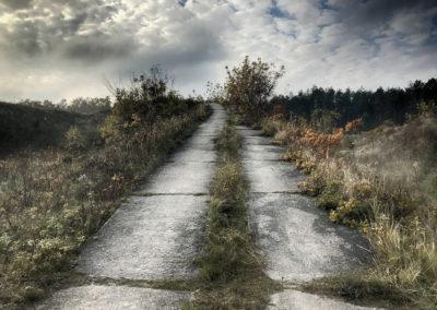 Na niektóre wzniesienia prowadzą betonowe drogi.