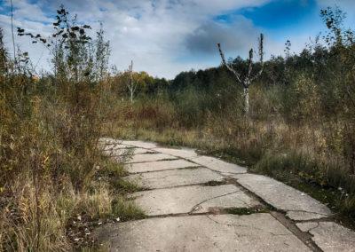 A tą betonową drogą można obejść cały teren, nią też wychodzimy.