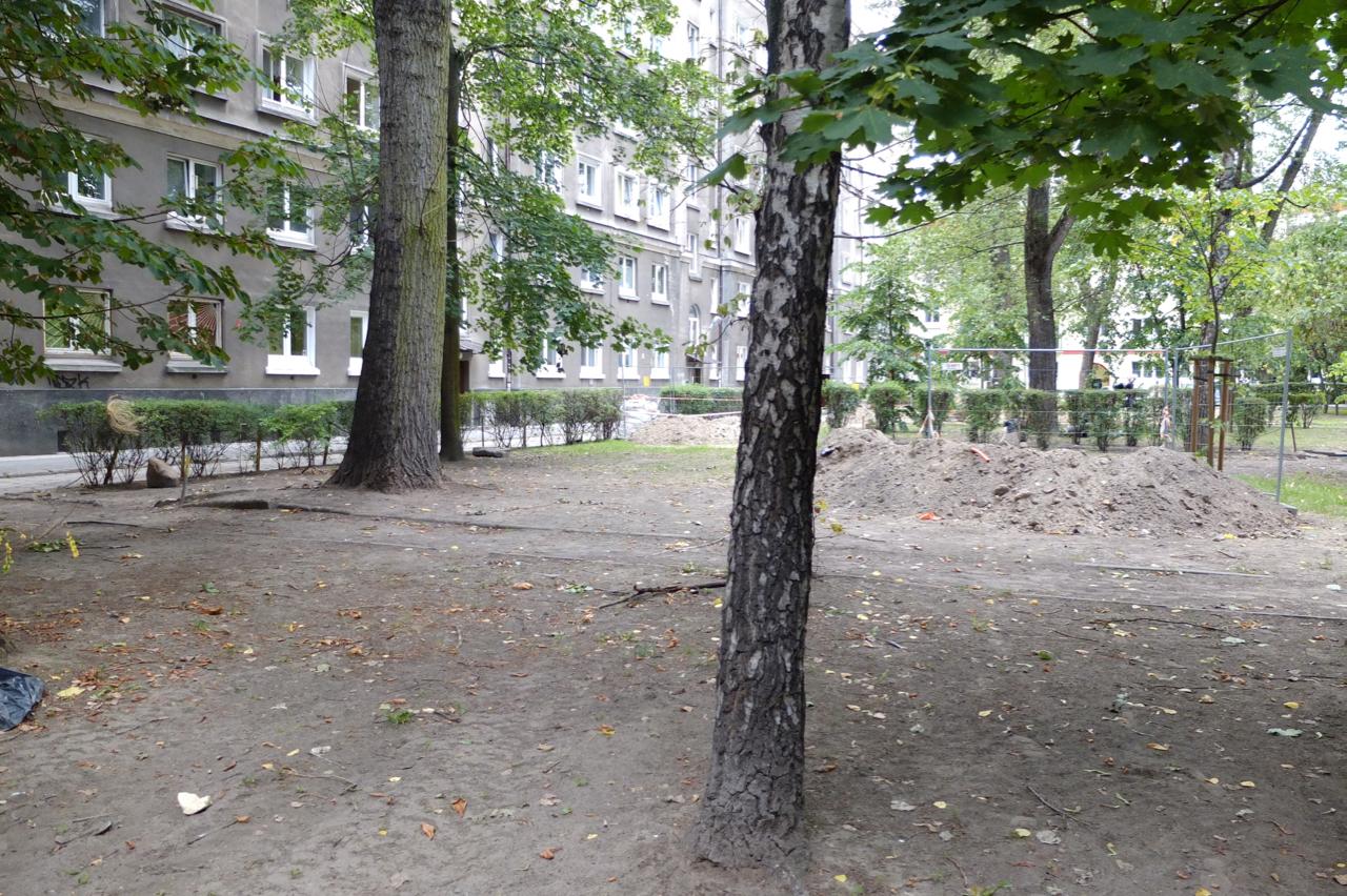 """Podwórko przy ul.Wolność 2 - gdzieś tutaj stała główna hala produkcyjna fabryki """"Wiór"""""""