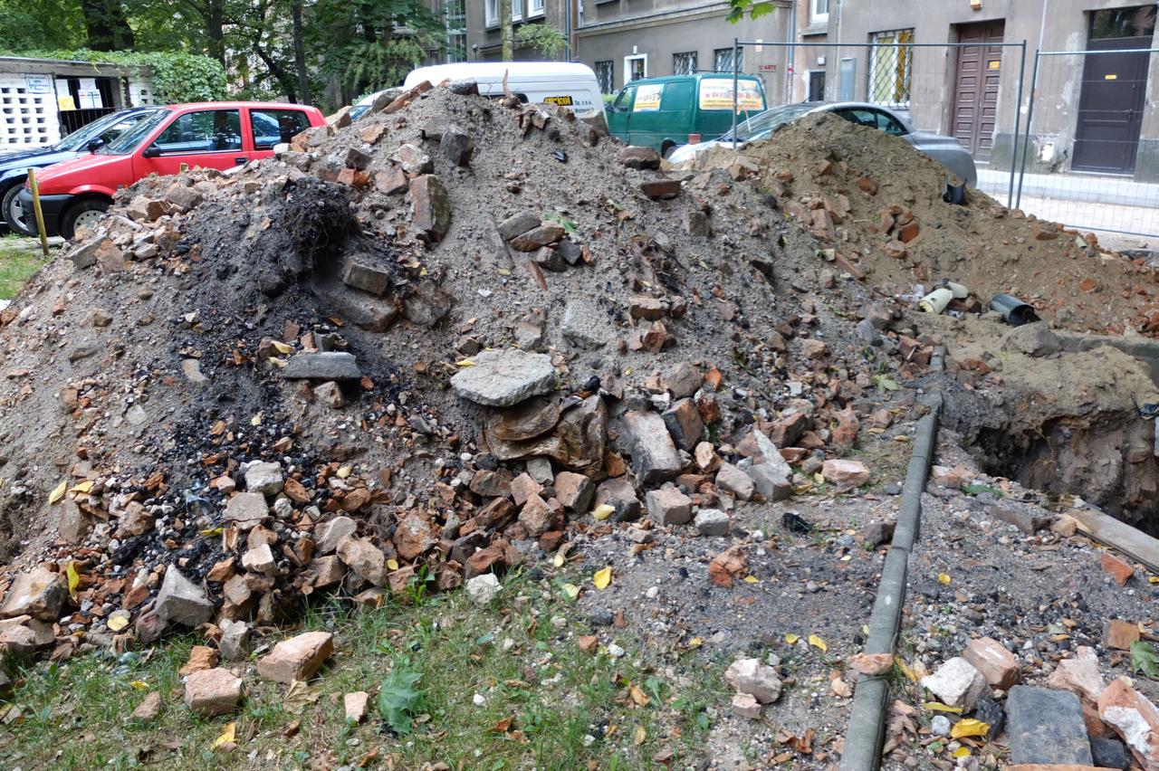 """Jeden zwykopów - widać liczne cegły - jedyną pozostałość pofabryce """"Wiór"""""""
