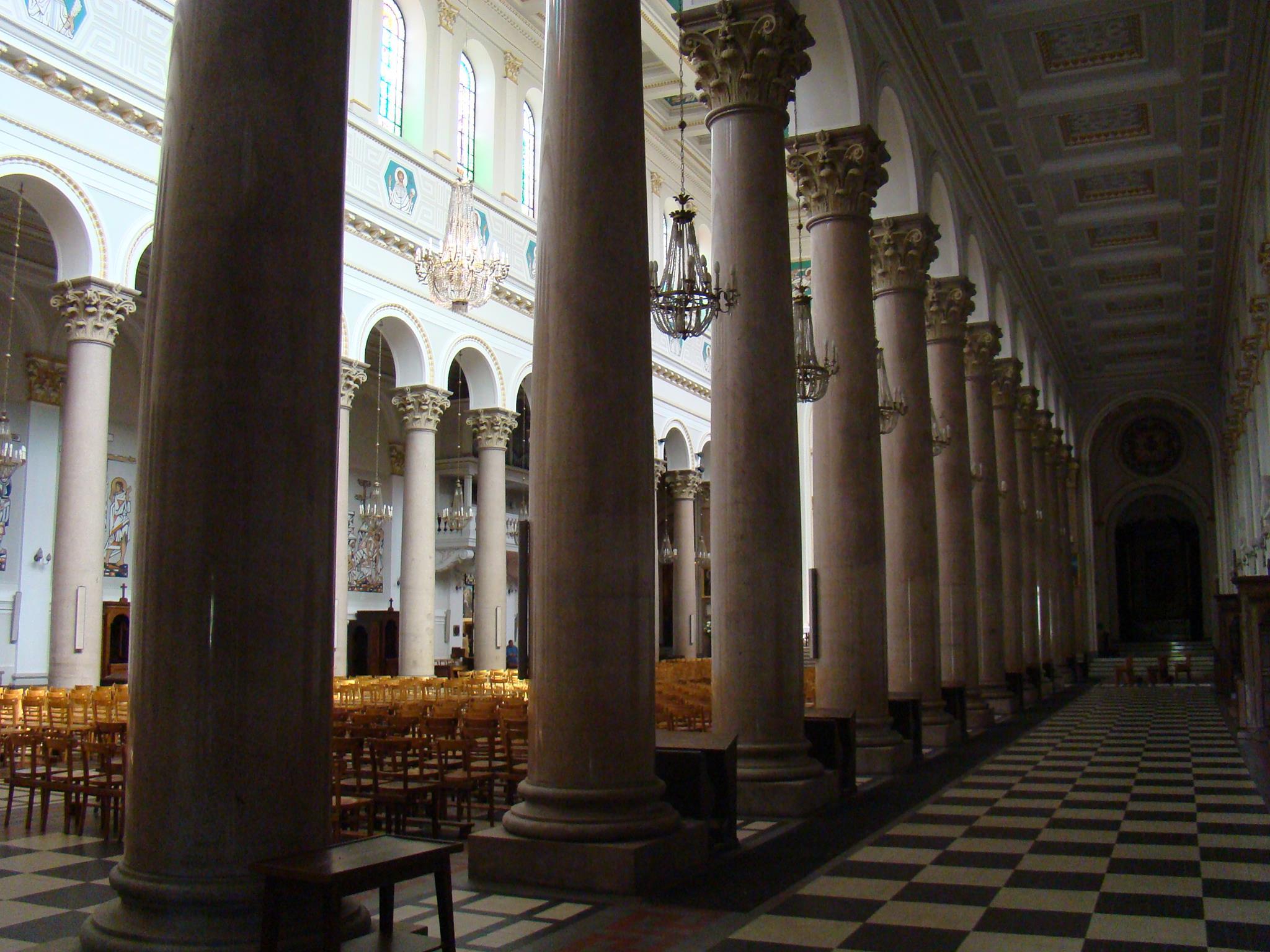 Kolumny wbazylice Najświętszego Serca Jezusowego naMichałowie. Kolumny zostały wykonane dla bazyliki św.Pawła zaMurami, aleokazały się zakrótkie.
