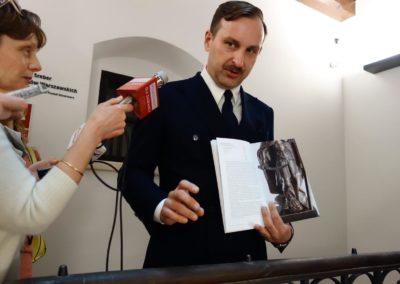Wicedyrektor Muzeum Warszawy Jarosław Trybuś z katalogiem wystaw