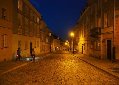 Ulica Mostowa wieczorem