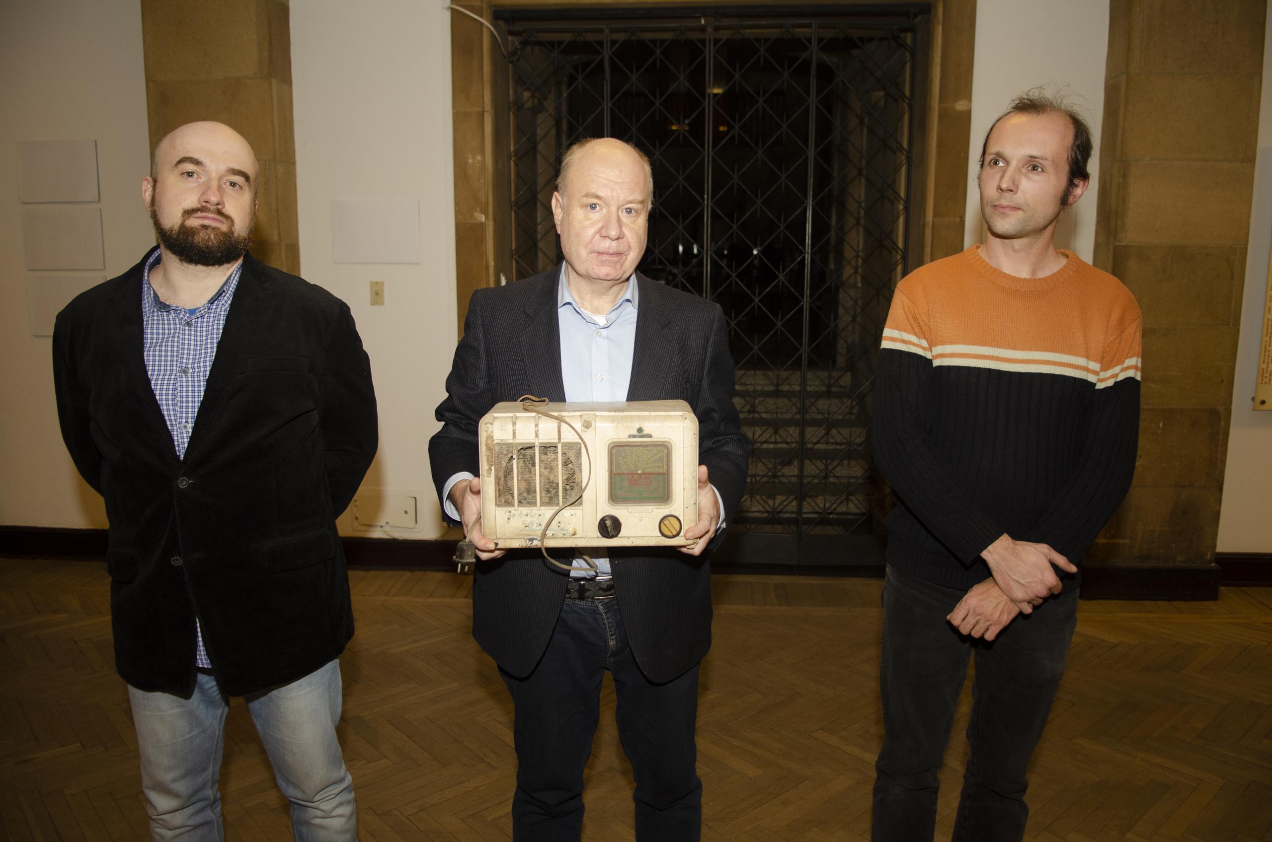Na zdjęciu moment przekazania radia: wśrodku pan Jerzy Lemański zMuzeum Techniki, no imy :) - Paweł Starewicz iJarek Zuzga.