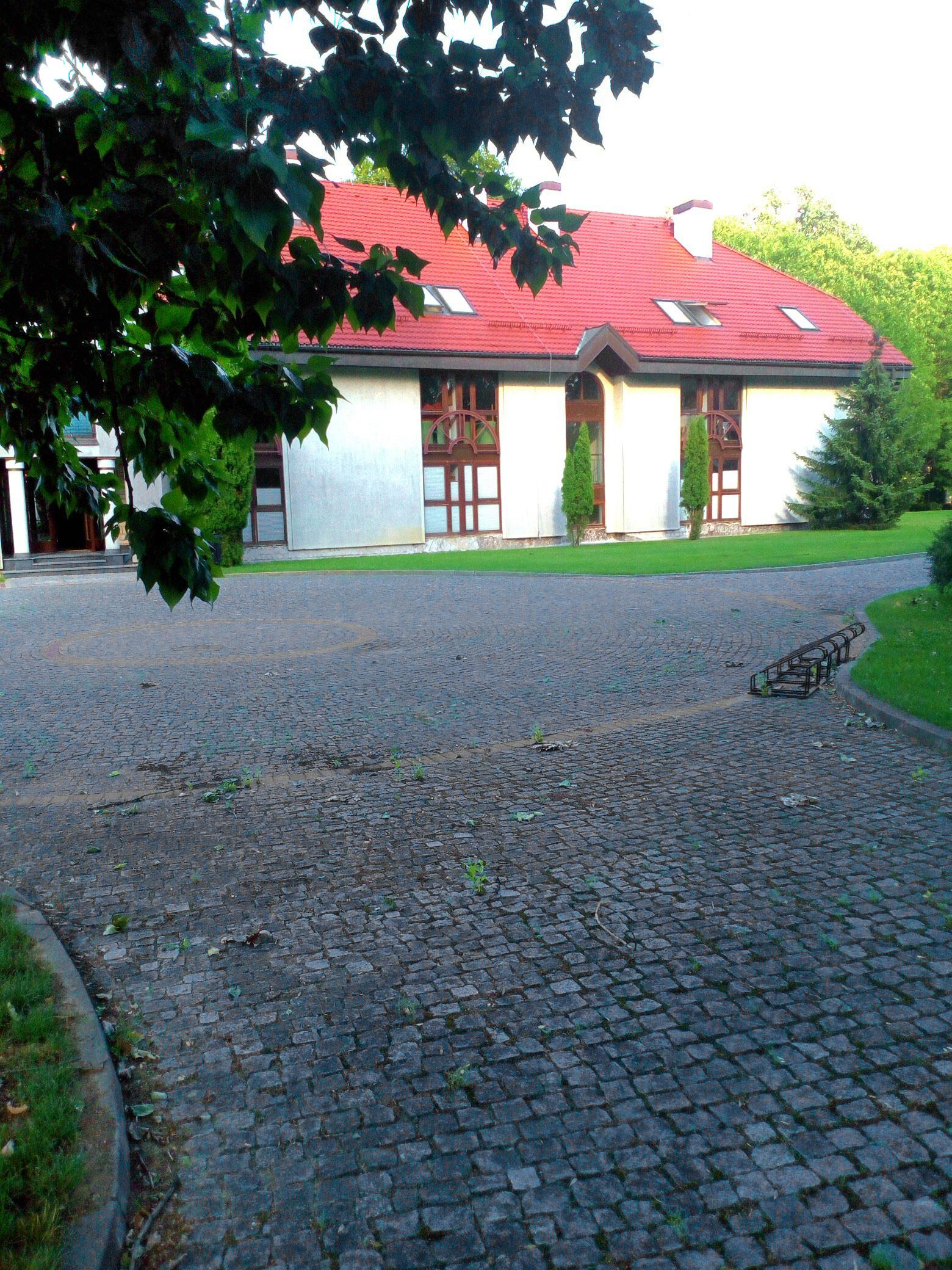Część budynków Kolegium naterenie Parku Natolińskiego - jakimś cudem nikt namnie niekrzyczał, żerobię zdjęcie
