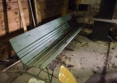 oraz jedna ztych super-wygodnych starych ławek warszawskich