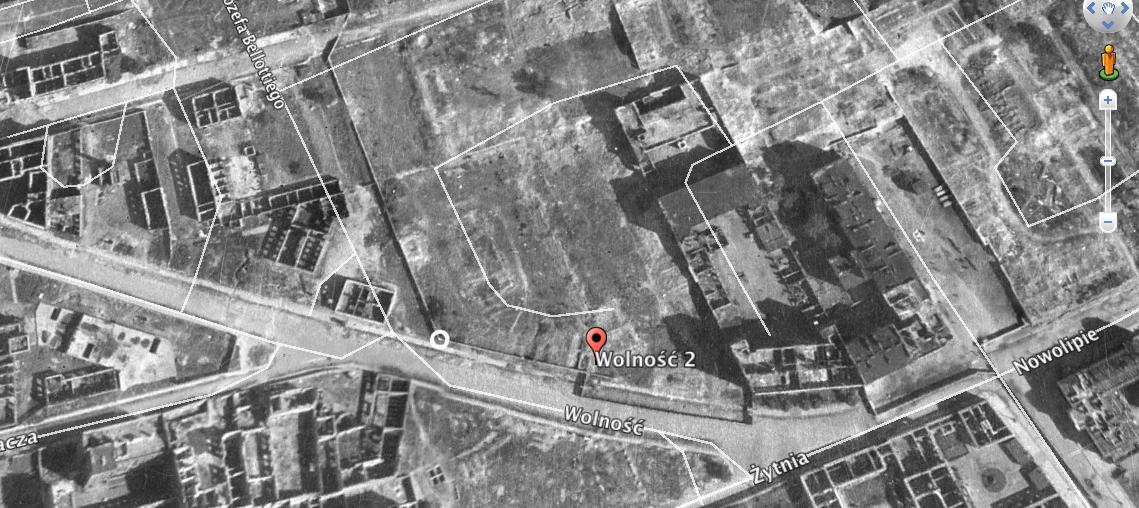 Zdjęcie lotnicze (Google Earth) pokazujące pustą działkę pofabryce w1945 roku
