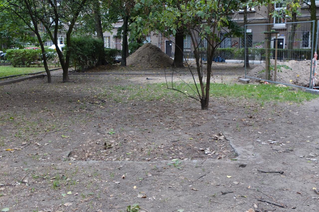 Betonowe fundamenty napodwórku przy ul.Wolność 2