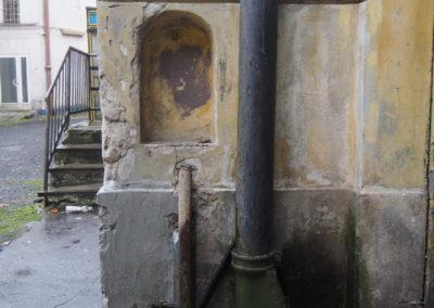 Przy bramie, którą jeździły tramwaje, odstrony dziedzińca